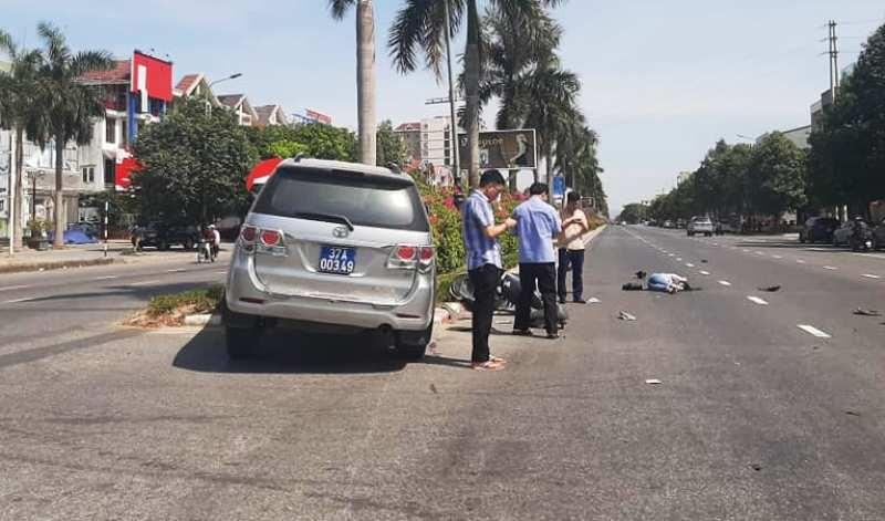 Va chạm xe biển xanh với xe máy điện, cô gái phải cấp cứu - ảnh 1