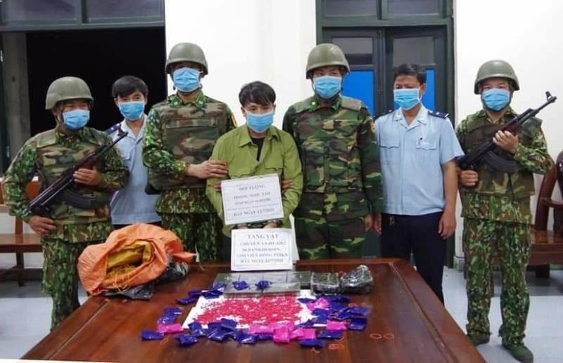 Người mặc quần áo bộ đội chở 6 bánh heroin, 7.600 viên ma túy - ảnh 1