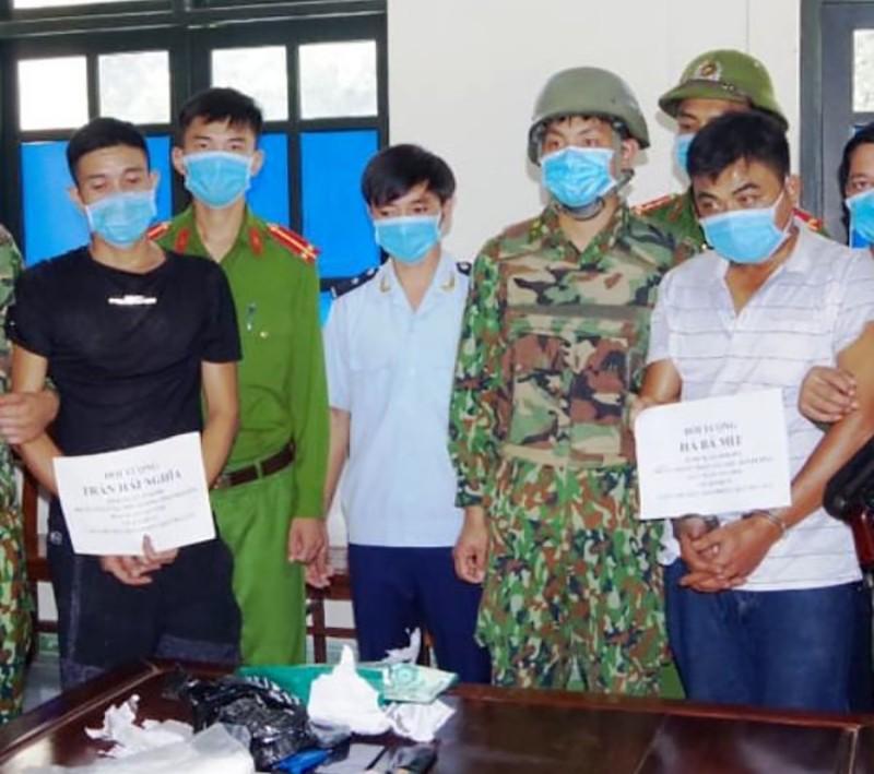 2 kẻ bị bắt khi chở 1 bánh heroin và 1kg ma túy đá ra Hà Nội - ảnh 1