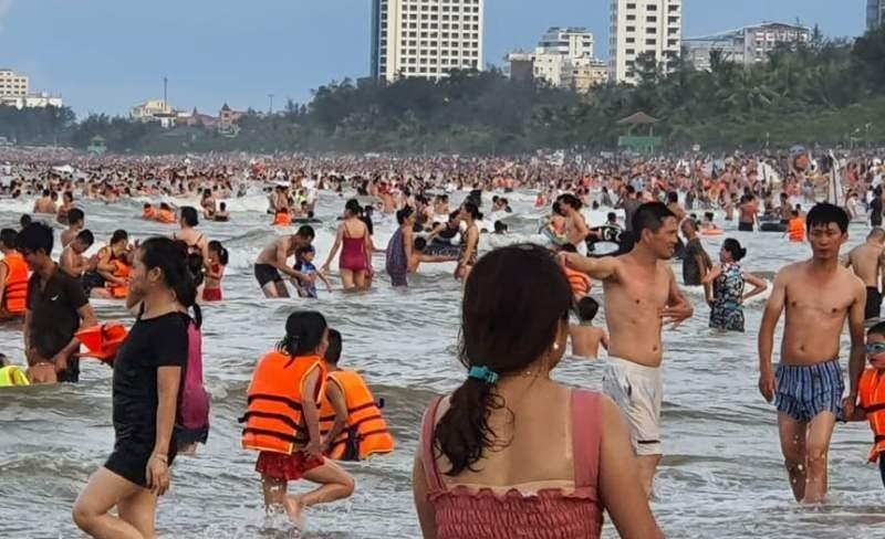 Du khách đổ xô đến Cửa Lò vui chơi, tắm biển  - ảnh 1