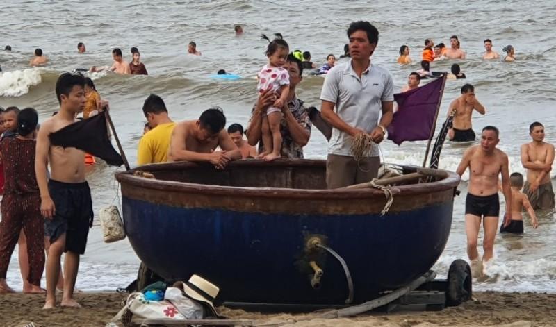 Du khách đổ xô đến Cửa Lò vui chơi, tắm biển  - ảnh 2