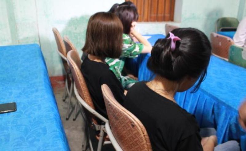 4 thiếu nữ bị dụ dỗ đi làm tiếp viên quán karaoke - ảnh 1