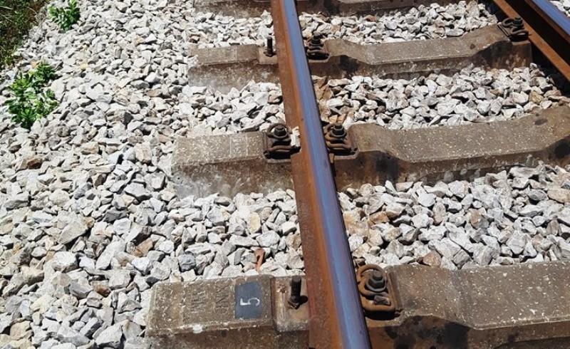 Tháo thiết bị đường sắt bán sắt vụn lấy tiền chơi game - ảnh 1