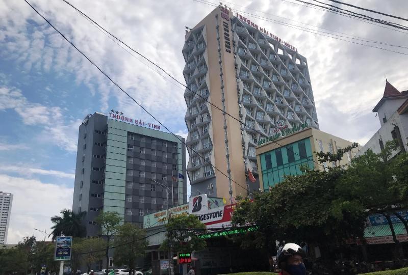 Mẹ khóc ngất khi con 5 tuổi rơi từ tầng 9 khách sạn ba sao - ảnh 1