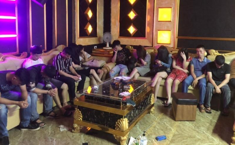 Bắt quả tang 13 người dùng ma túy đá trong quán karaoke - ảnh 1