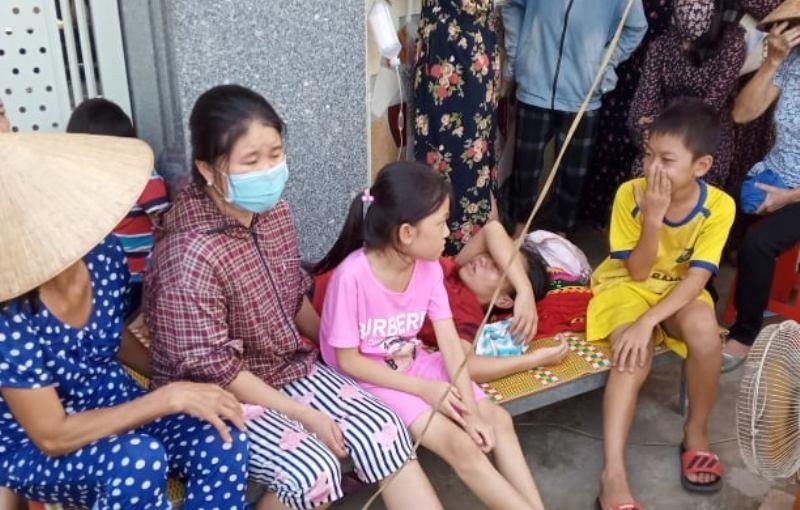 Dân nằm trước nhà nguyên phó công an huyện để đòi tiền  - ảnh 1