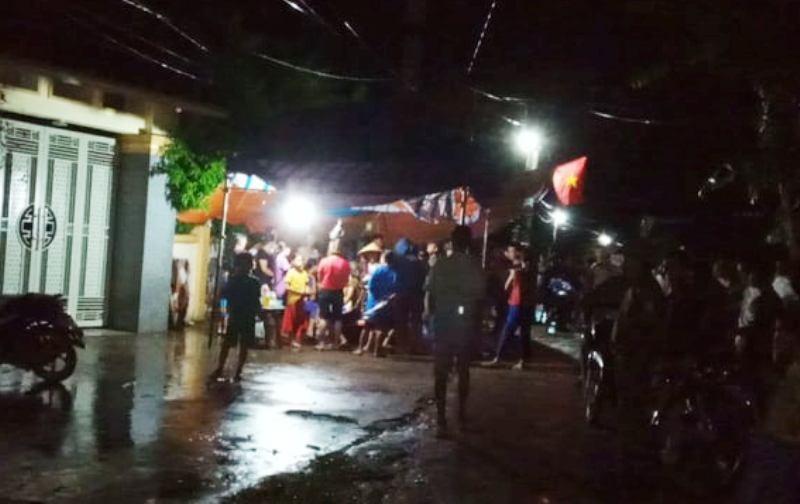 Dân nằm trước nhà nguyên phó công an huyện để đòi tiền  - ảnh 2