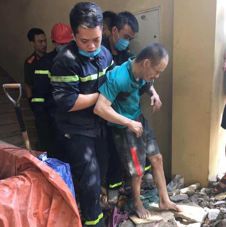 Đục tường giải cứu người đàn ông mắc kẹt giữa 2 ngôi nhà - ảnh 3