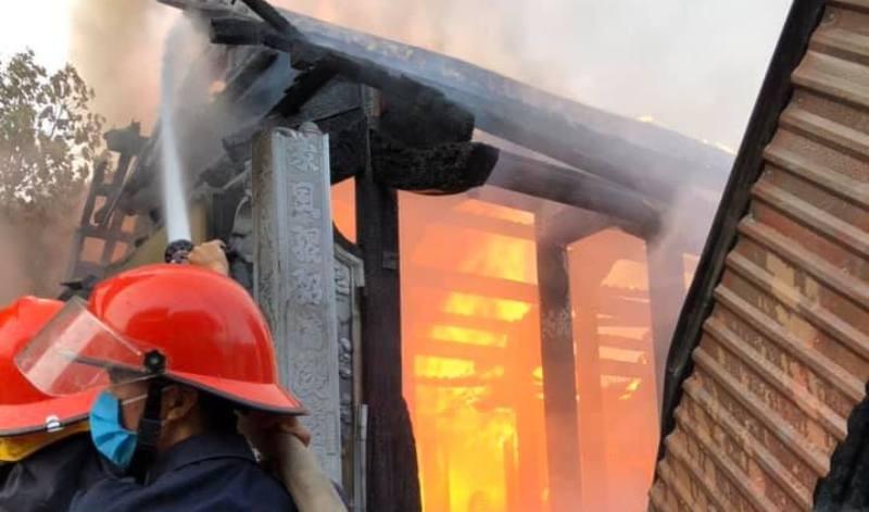 Cháy lớn làm thiêu rụi toàn bộ nhà thờ họ bằng gỗ - ảnh 2