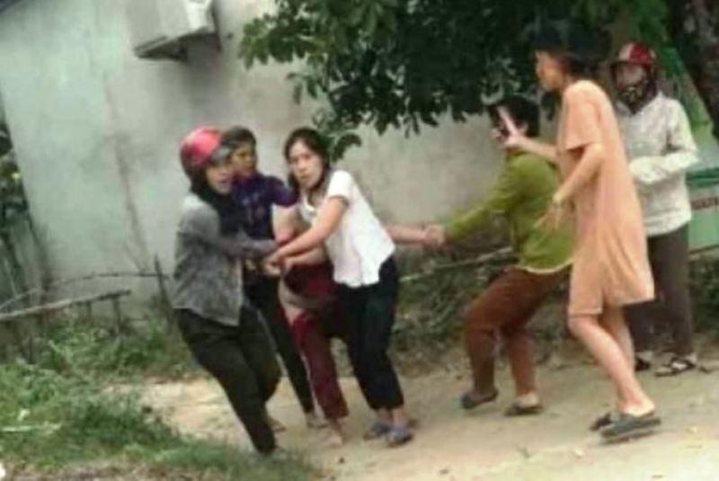 1 phụ nữ bị lột đồ kéo lê trên đường - ảnh 1