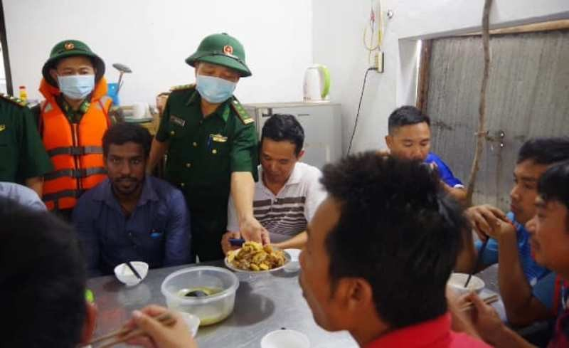 Đã cứu sống 15 người Việt Nam, 1 người Ấn Độ trên tàu gặp nạn - ảnh 2
