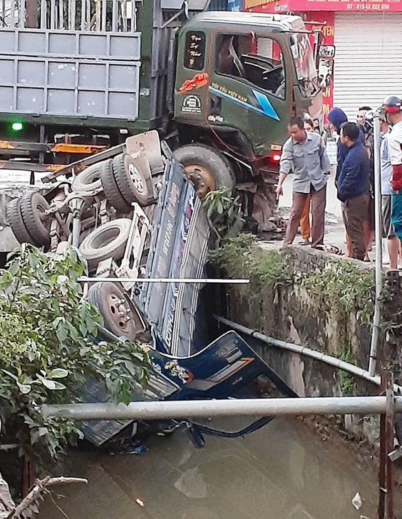 Xe tải bị tông lật xuống kênh, tài xế tử vong - ảnh 1