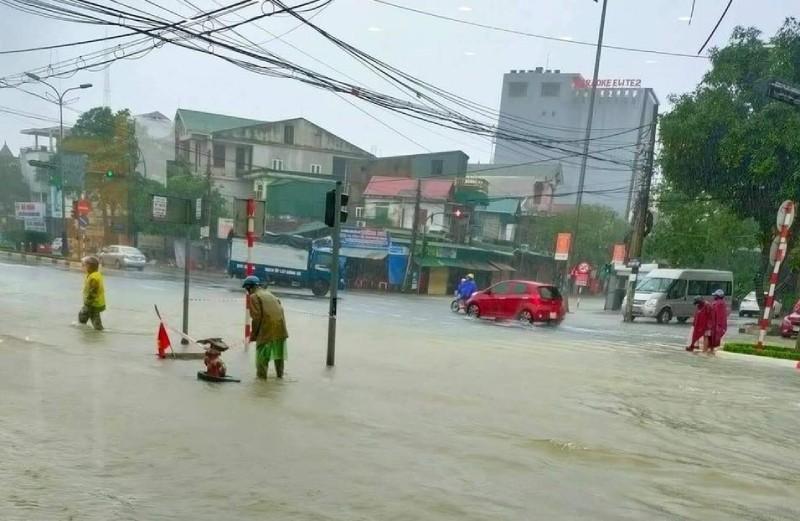 Hà Tĩnh  mưa lớn, nhiều nhà bị ngập, lên phương án sơ tán dân - ảnh 4