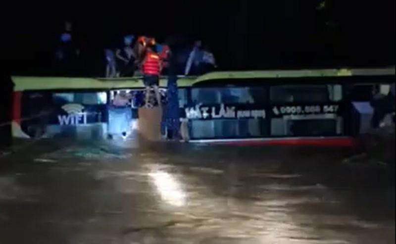 Hình ảnh trắng đêm giải cứu 20 người trên xe khách bị lũ cuốn  - ảnh 1