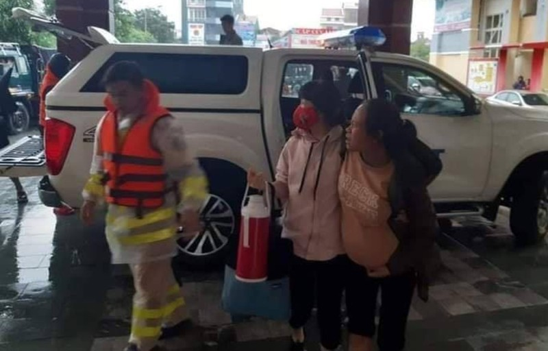 Cảm động cảnh sát vượt lũ đưa 4 phụ nữ đi sinh con - ảnh 2