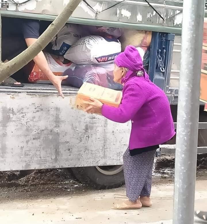 Cụ bà 93 tuổi ôm thùng mì gửi cho đồng bào bị lũ lụt - ảnh 1