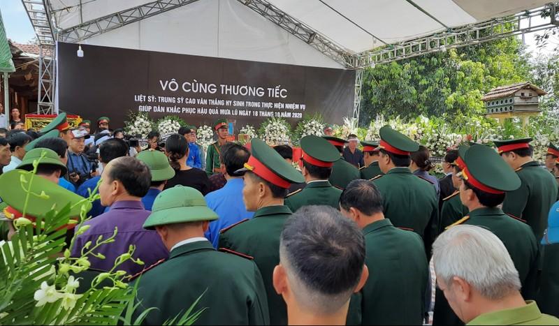 Trao hơn 61 triệu đồng cho thân nhân liệt sĩ Cao Văn Thắng  - ảnh 1