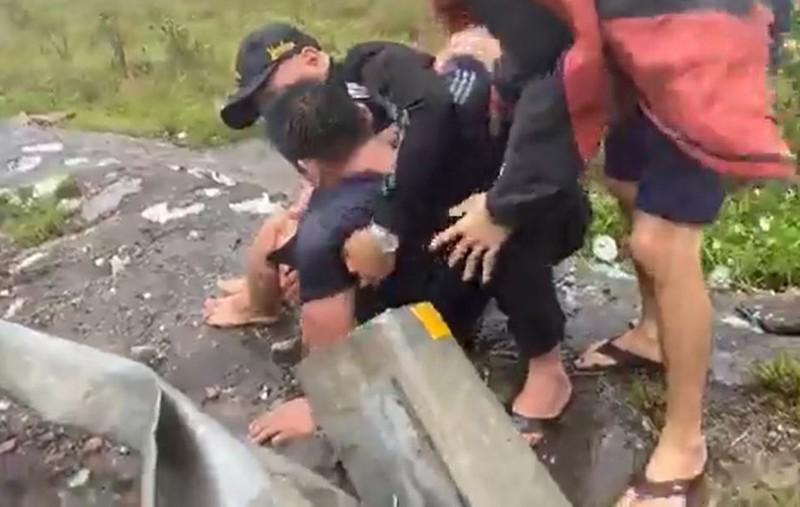 Xe đi cứu trợ bị lật trong mưa bão, tài xế ngất xỉu  - ảnh 2