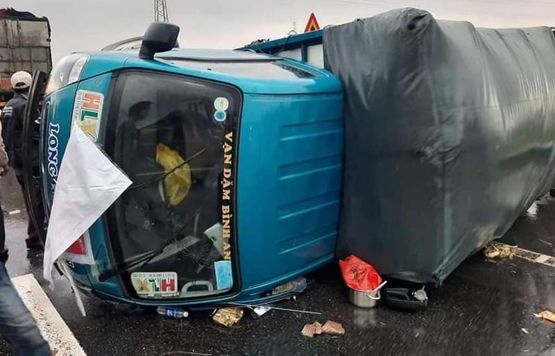Xe đi cứu trợ bị lật trong mưa bão, tài xế ngất xỉu  - ảnh 1