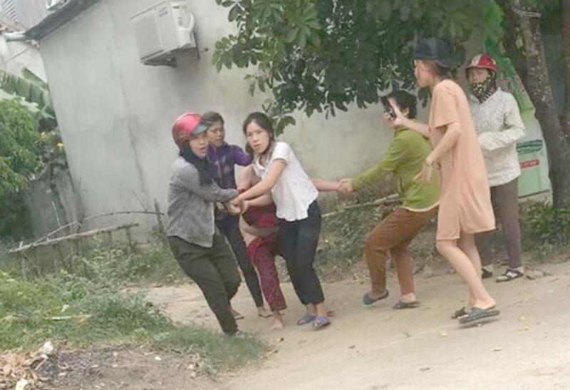Truy tố 5 người lột đồ kéo lê 1 phụ nữ trên đường - ảnh 1