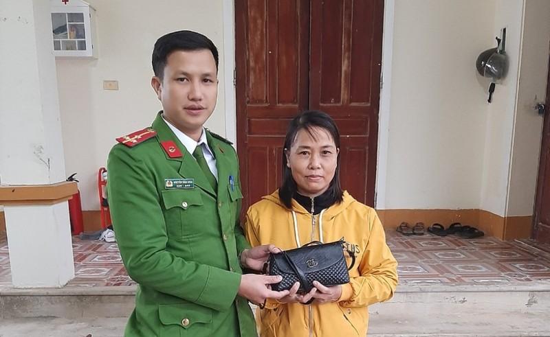 Công an tìm được túi tiền của người phụ nữ treo nhầm xe máy - ảnh 1