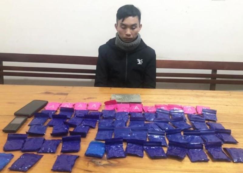 Kẻ chở 12.400 viên ma túy dùng dao chống cảnh sát - ảnh 1