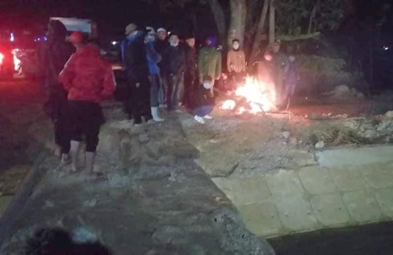 Đốt lửa tìm học sinh lớp 3 mất tích trên sông - ảnh 1