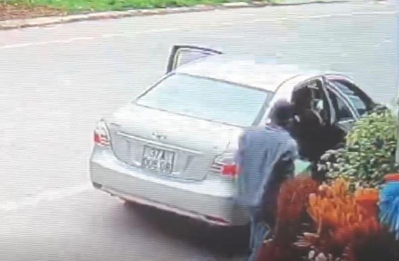 Bé gái 15 tuổi liều chặn xe hơi để bắt cướp  - ảnh 1