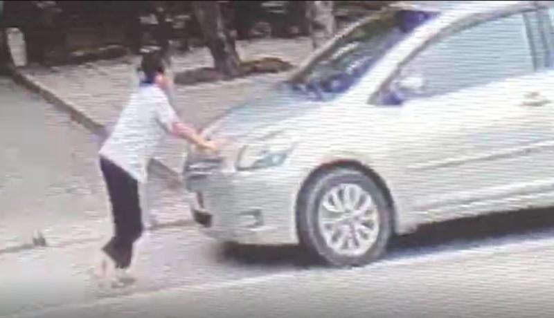 Bé gái 15 tuổi liều chặn xe hơi để bắt cướp  - ảnh 2