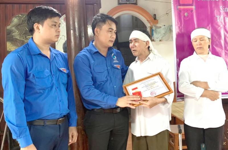 Truy tặng Huy hiệu Tuổi trẻ dũng cảm SV xả thân cứu 3 người  - ảnh 1