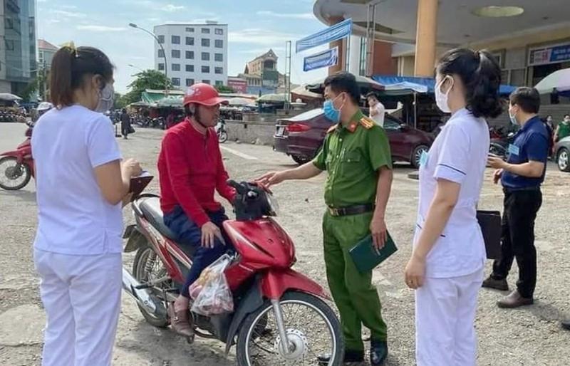 Nghệ An, Hà Tĩnh: Nhiều người bị phạt vì không đeo khẩu trang - ảnh 1