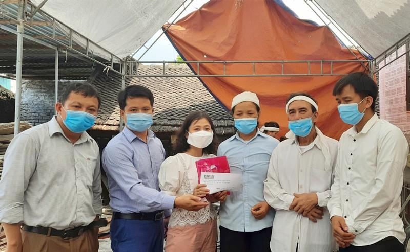Trao 200 triệu đồng hỗ trợ gia đình sinh viên Nguyễn Văn Nhã  - ảnh 2