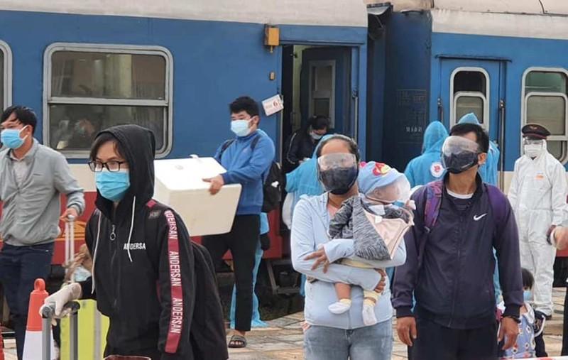 Chuyến tàu chở 815 người từ TP.HCM đã về đến Hà Tĩnh an toàn - ảnh 4