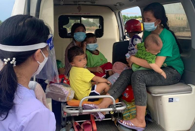 Xe cứu thương đưa 2 người vợ với 4 đứa con bị 'lạc' chồng về quê - ảnh 2