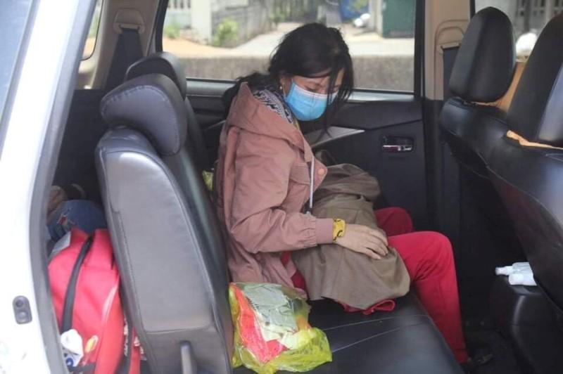 Vợ chồng anh Xồng Bá Xò cùng bé con 10 ngày tuổi đã về tới Nghệ An - ảnh 2