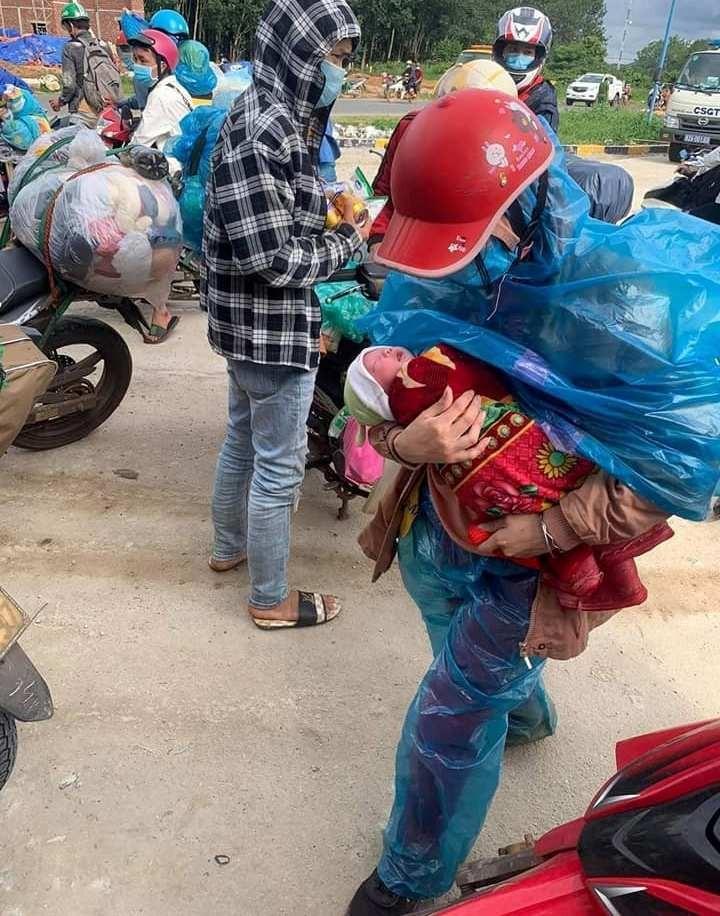 Vợ chồng anh Xồng Bá Xò cùng bé con 10 ngày tuổi đã về tới Nghệ An - ảnh 1