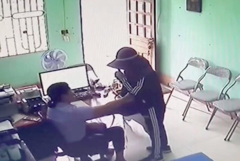 Người phụ nữ liều lĩnh dùng dao uy hiếp nhân viên tín dụng để cướp tiền - ảnh 1