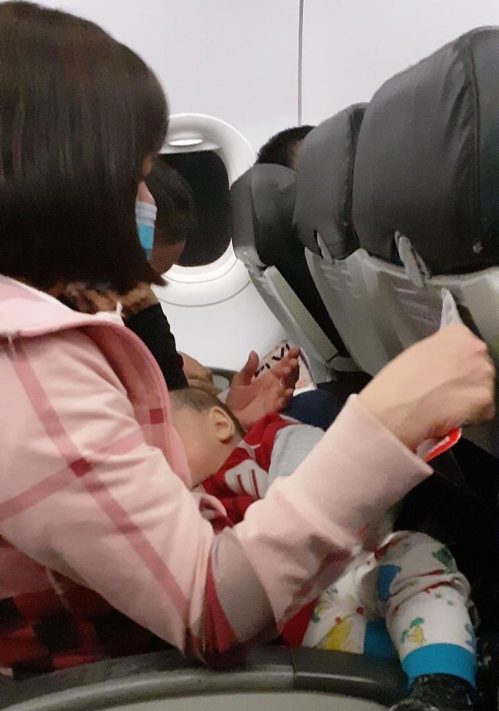 Chiều nay, hơn 230 người ở TP.HCM lên máy bay vé 0 đồng về quê Nghệ An  - ảnh 2