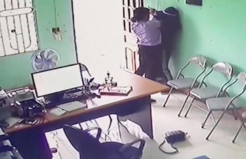 Người phụ nữ liều lĩnh dùng dao uy hiếp nhân viên tín dụng để cướp tiền - ảnh 2