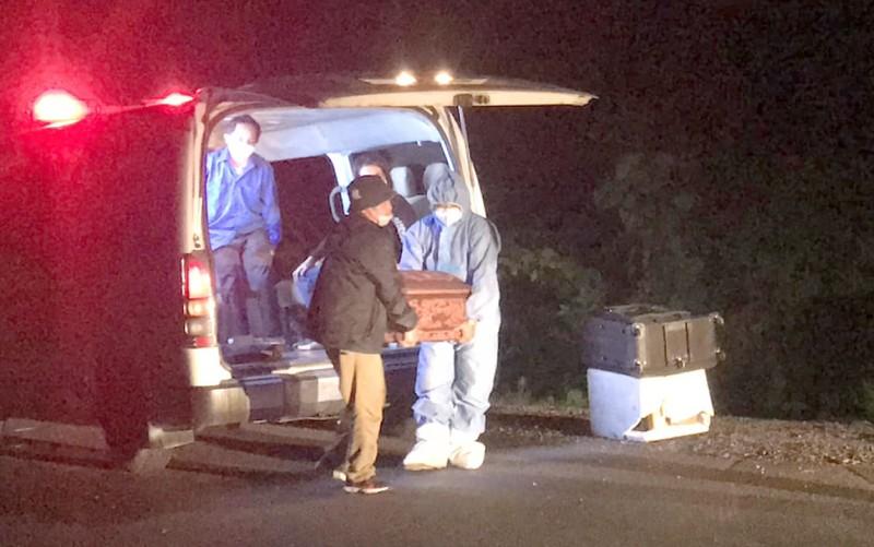 Nhiều người bật khóc đón gia đình đi xe ba gác về quê gặp nạn  - ảnh 3