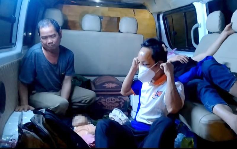 Nhiều người bật khóc đón gia đình đi xe ba gác về quê gặp nạn  - ảnh 1