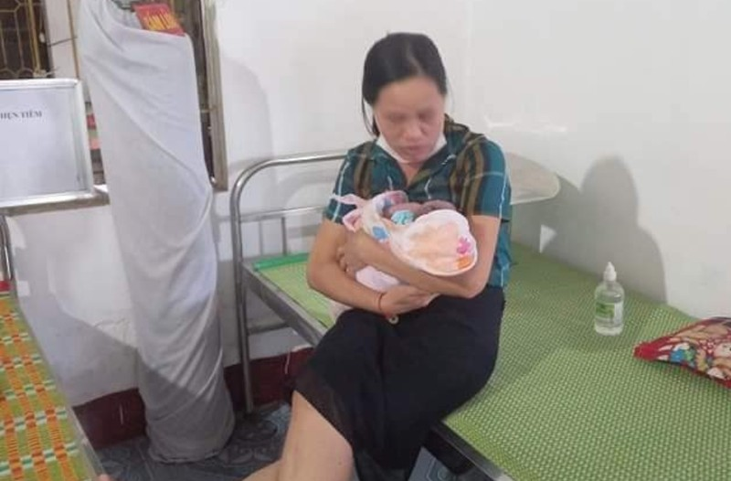 Phát hiện bé sơ sinh để trong túi bóng, bỏ rơi bên đường   - ảnh 2