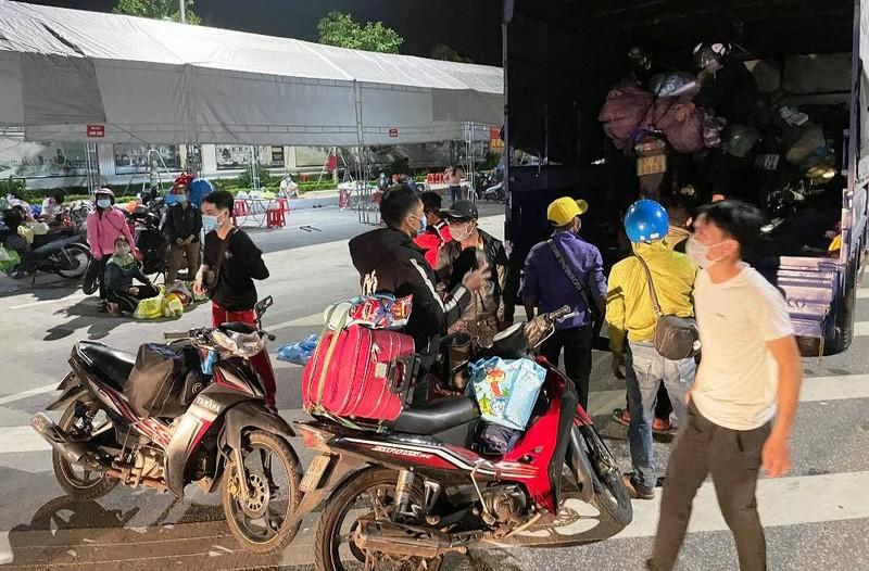 28 người đi bộ và xe máy từ Bình Dương đã vượt 1.200km về đến quê Nghệ An - ảnh 3