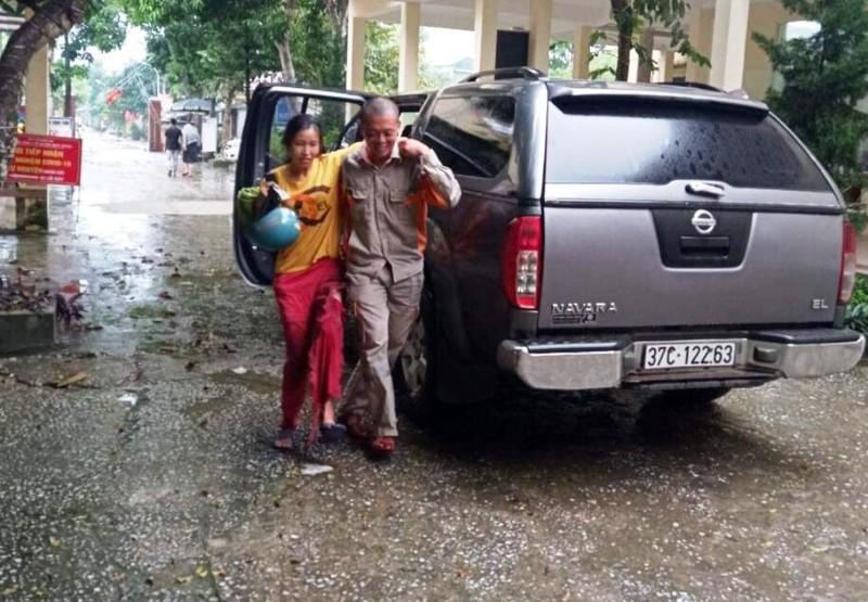 Bị áo mưa cuốn vào bánh xe máy, một phụ nữ bị thương - ảnh 2