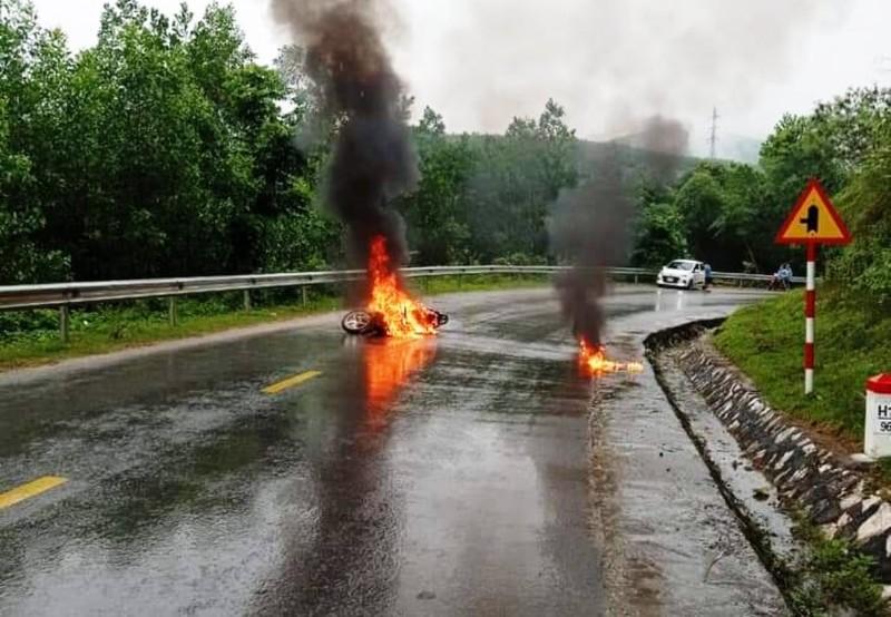 Bị áo mưa cuốn vào bánh xe máy, một phụ nữ bị thương - ảnh 1
