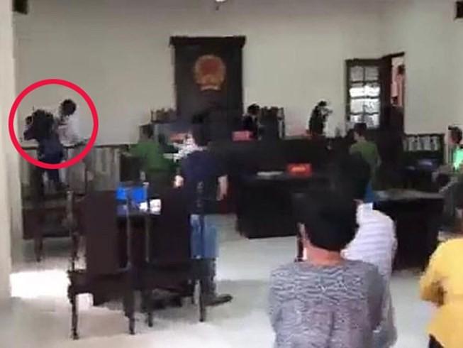 Nhà báo bị đánh ở tòa Bình Chánh đã  giao 3 clip cho công an  - ảnh 1
