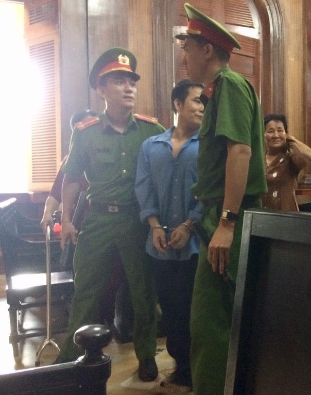 Người đánh kiểm sát viên lần thứ 3 bị trích xuất đến tòa - ảnh 1
