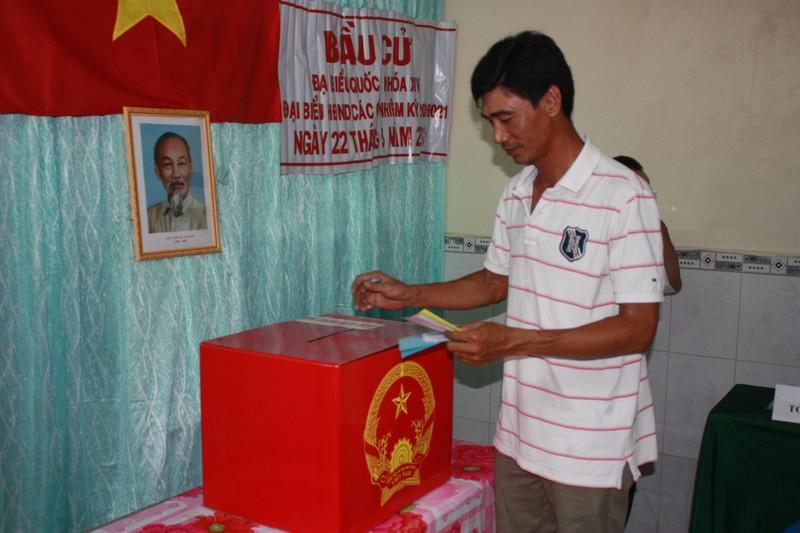 Miền Tây: Dù trời mưa, hàng ngàn cử tri vẫn đi bỏ phiếu từ rất sớm  - ảnh 7