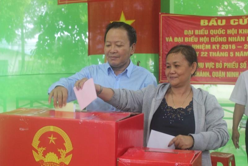 Miền Tây: Dù trời mưa, hàng ngàn cử tri vẫn đi bỏ phiếu từ rất sớm  - ảnh 6