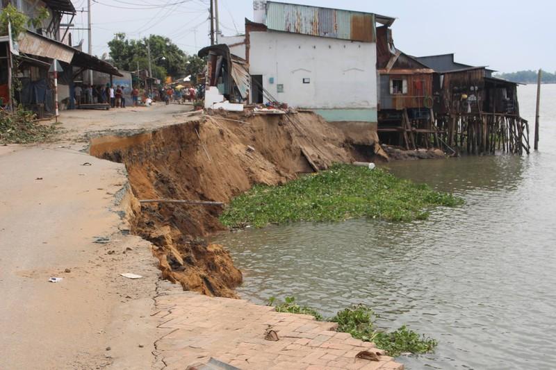 14 nhà trôi sông, An Giang ban bố tình trạng khẩn cấp - ảnh 1